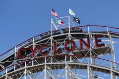 Wahrzeichen-Wirbelsturm-Achterbahn im Coney Island-Abschnitt von Brooklyn Lizenzfreie Stockbilder