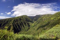 Waihee Ridge Trail som upp ser dalen till de västra Maui bergen, Hawaii Royaltyfri Bild
