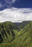 Waihee Ridge Trail som upp ser dalen till de västra Maui bergen, Hawaii Royaltyfria Bilder
