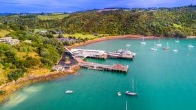 """Waiheke ö, Auckland, nyazeeländsk †""""Januari 10, 2018: Flyg- sikt på en liten pir med färjan som är klar för avvikelse royaltyfria foton"""