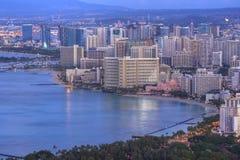 Waikiki και εικονική παράσταση πόλης της Χονολουλού στην αυγή στοκ εικόνα