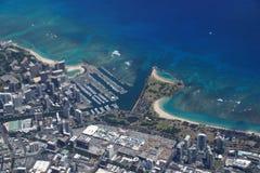 Waikiki alun Wai Canal, den alunMoana gallerian, parkerar och havet Royaltyfri Bild