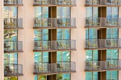 Waikiki in de skycraperbouw die wordt weerspiegeld Royalty-vrije Stock Afbeelding