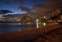 Waikiki en la noche imágenes de archivo libres de regalías