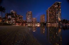 Waikiki, Hawai alla notte fotografia stock