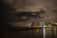 Waikiki natt i Hawaii fotografering för bildbyråer