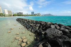 Waikiki Strand mit Diamantkopf stockfotografie