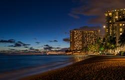 Waikiki strand på natten Royaltyfria Bilder
