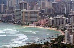 Waikiki Strand und im Stadtzentrum gelegenes Honolulu lizenzfreies stockbild