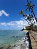 Waikiki wässert, wie Wellen auf Damm am Makalei-Strand-Park zusammenstoßen Stockbild