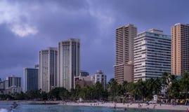 Waikikistrand bij schemer Royalty-vrije Stock Foto's
