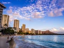 Waikikistrand bij zonsondergang Stock Afbeelding