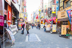 waiking在Ameyoko市场上的人们 免版税库存图片
