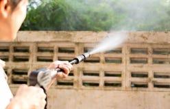 Waill di pulizia della donna con il getto di acqua ad alta pressione Fotografia Stock Libera da Diritti
