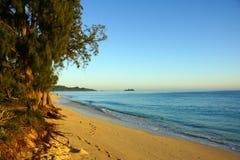 Waimanalo海滩在看往mokulua海岛的黎明 免版税库存照片