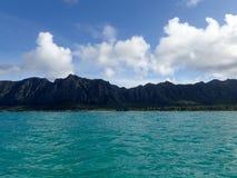 Waimanalo fjärd med stranden och Koolau Mountians Royaltyfria Bilder