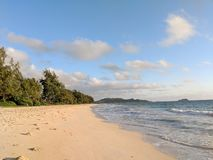 Waimanalo plaża przy Jutrzenkowy patrzeć w kierunku mokulua wysp zdjęcia royalty free