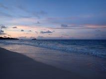 Waimanalo strand som ser in mot Mokulua öar på skymning Fotografering för Bildbyråer