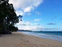 Waimanalo strand under dagen som ser in mot mokuluaöar Royaltyfri Bild