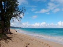Waimanalostrand die naar Mokulua-eilanden kijken Stock Afbeeldingen