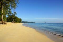 Waimanalostrand die naar Mokulua-eilanden kijken Stock Foto