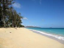 Waimanalostrand die naar Mokulua-eilanden kijken Stock Afbeelding