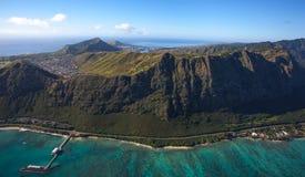 Waimanalostrand, Makai-Onderzoekpijler en de toneel windwaartse kustlijn op het Eiland Oahu, Hawaï , royalty-vrije stock fotografie