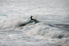 WAIMEA海滩,奥阿胡岛,夏威夷美国- 2015年1月30日:乘波浪的冲浪者的剪影 图库摄影