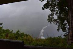 Waimea谷夏威夷忽略肥沃乌托邦天堂谷海岸重的云层有雾的看法从山上面的与 库存图片