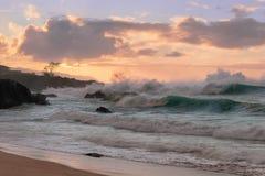 Waimea-Bucht-Strand-Parksonnenuntergang stockfotos