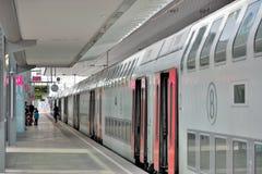 wainting为他们的火车的人们在驻地在跟特,比利时 图库摄影