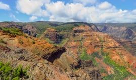 Waipoo cai vigia na garganta de Waimea, aka em Grand Canyon do Pacífico, Kauai, Havaí, EUA fotos de stock