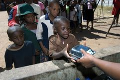 Waisen, die das Mittagessen empfangen Lizenzfreie Stockbilder