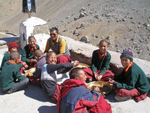 Waisenjungen von den tibetanischen Familien, die oben in buddhistisches Kloster geholt werden Stockbilder