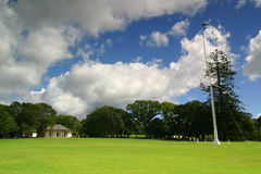 Waitangi Treaty House. And flagpole, the site of the signing of the Treaty Of Waitangi in 1840 by representatives of the British Crown and various Māori chiefs Stock Images