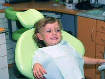 Waitin de la muchacha para la examinación dental Fotografía de archivo libre de regalías