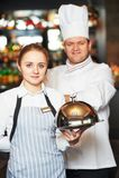 Waitres i szef kuchni w restauraci obrazy royalty free