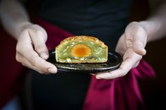 Waitress serving traditional chinese festive mooncake pastry des Royalty Free Stock Photo