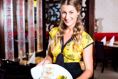 Waitress with sushi in restaurant Royalty Free Stock Photography