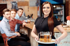 Waitress with a tray of beer Royalty Free Stock Photography