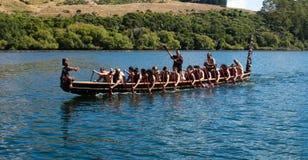 Waka maori (canoë) sur le lac Rotoiti photographie stock