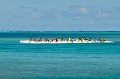 Waka ou course de canoë dans Aitutaki, cuisinier Islands photographie stock