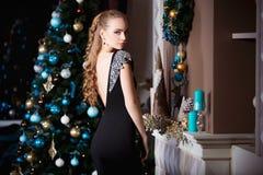Wakacje, świętowanie i ludzie pojęć, - młoda kobieta w eleganckiej sukni nad bożego narodzenia wnętrza tłem Obrazy Stock