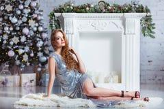 Wakacje, świętowanie i ludzie pojęć, - młoda kobieta w eleganckiej sukni nad bożego narodzenia wnętrza tłem Wizerunek z Obraz Royalty Free