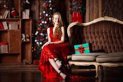 Wakacje, świętowanie i ludzie pojęć, - młoda uśmiechnięta kobieta w eleganckiej czerwieni sukni nad bożego narodzenia wnętrza tłe Obrazy Royalty Free