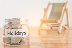 Wakacje budżeta pojęcie Wakacje pieniądze oszczędzań pojęcie Zbieracki pieniądze w pieniądze słoju dla wakacji Pieniądze słój z m zdjęcia stock
