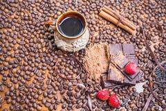 Wakacje czekoladowy dzień - drewniany stołowy tło kawa Zdjęcia Royalty Free