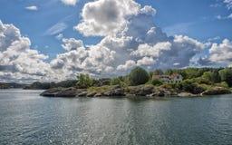 Wakacje dom w archipelagu blisko Lysekil, Szwecja Obrazy Stock