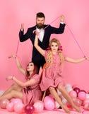 wakacje i lale przewaga i zależność kreatywnie pomysł Trójkąt miłosny retro dziewczyny i mistrz w partyjnych balonach obraz stock