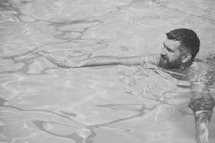 Wakacje i podróż ocean Brodaty mężczyzna dopłynięcie w błękitne wody Relaksuje w zdroju pływackim basenie, orzeźwienie i obrazy stock